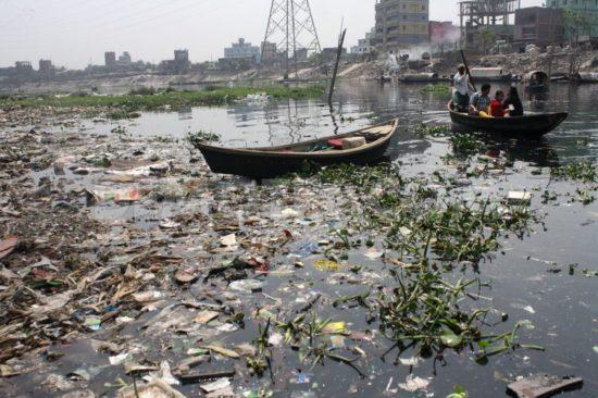 1395438399 water pollution in the buriganga river of bangladesh 4253435 550x366 Одна из самых грязных рек планеты