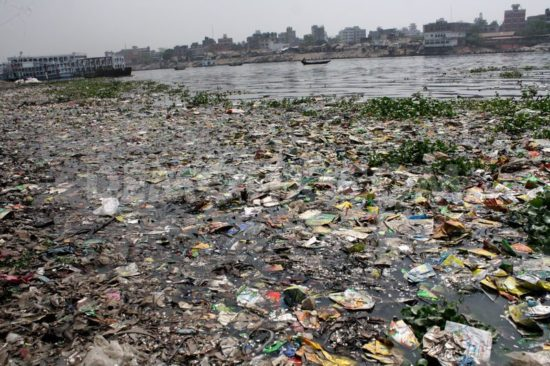 1395438406 water pollution in the buriganga river of bangladesh 4253453 550x366 Одна из самых грязных рек планеты