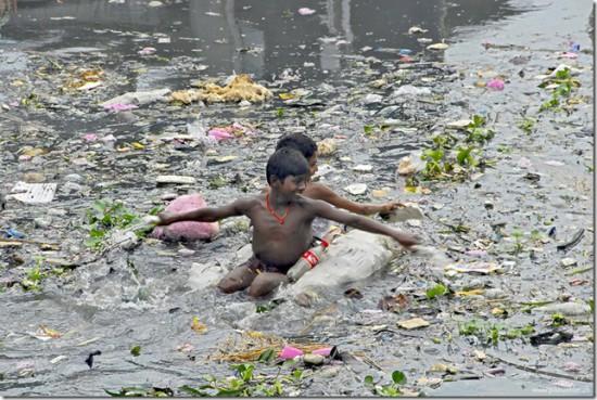 buriganga 3 550x369 Одна из самых грязных рек планеты