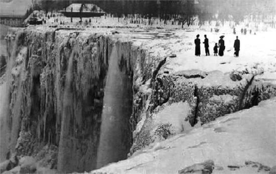 29 marta 1848 sluchilos neveroyatnoe sobytie Niagarskij vodopad ostanavilsya. Vsego na odin den no on zamerz 550x348 Ниагарский водопад замерз