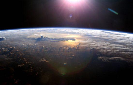 2f7ba00cb0c563ece638eed1d3b25ad7 550x352 Закат над Тихим океаном. Вид из космоса