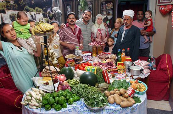 0 cf60a e89aaf70 orig 550x363 Еда семей в разных странах мира