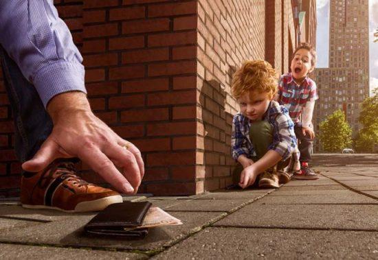 1362414007 adrian sommeling child wallet fooled 550x379 Серия фотографий от Adrian Sommeling