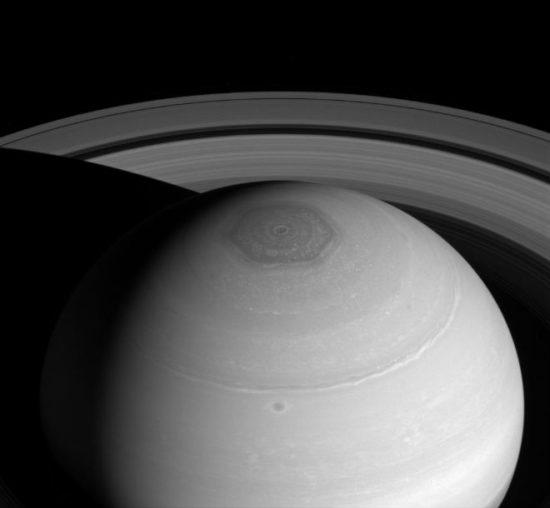 fbcbfea7 550x508 Таинственный шестигранный шторм на Сатурне