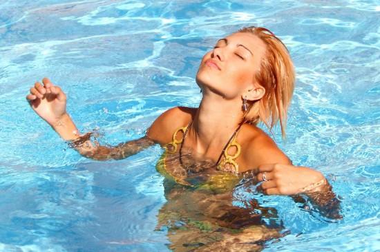 swimming 550x366 Самые простые упражнения для поддержания формы