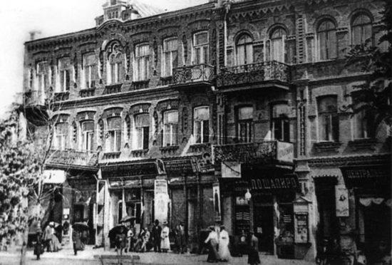 1024px Bilya bazaru.Stara Uman2 550x372 Украина   Родина. Улыбки разных городов. Умань.