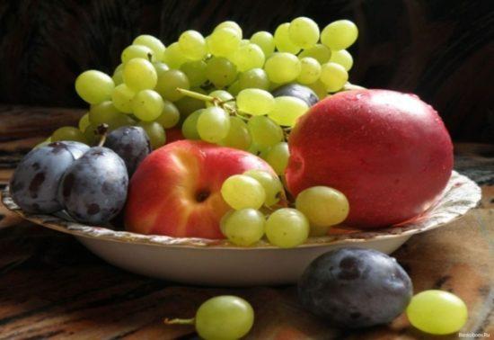 Bankoboev.Ru yabloki slivy i vinograd 550x378 Чем полезны фрукты и ягоды сентября