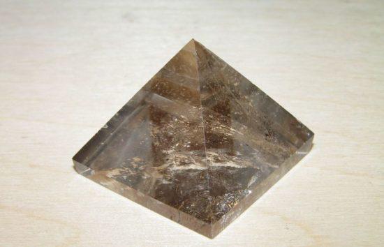 piramida iz dymchatogo kvarca rauhtopaz 31mm 550x354 Способы оздоровления с помощью камней. Часть 3