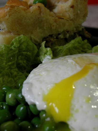 0 af479 add59446 orig 412x550 Пирог с горошком и яйцом пашот