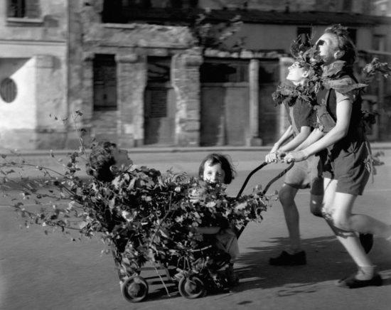 1944 god. Osvobozhdenie Parizha. s Robert Doisneau 550x436 Кусочки истории...