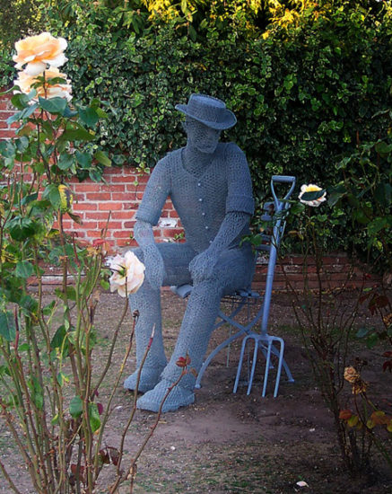 Derrek Kinzett Gardener Seated d 2012 437x550 Стрит арт Британии