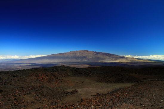 pustyna Kau na fone vulkana Mauna Lou 550x367 Национальный парк Гавайские вулканы