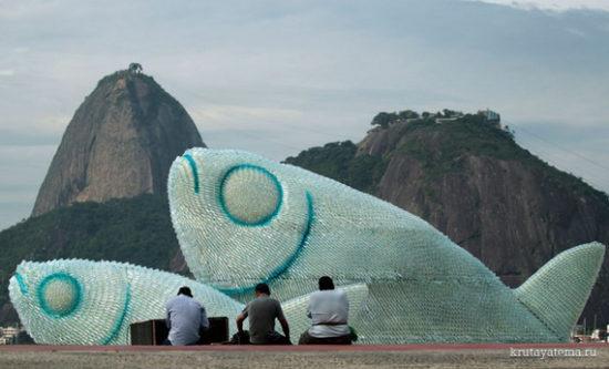 1340361069 550x333 Гигантские скульптуры рыб из пластиковых бутылок