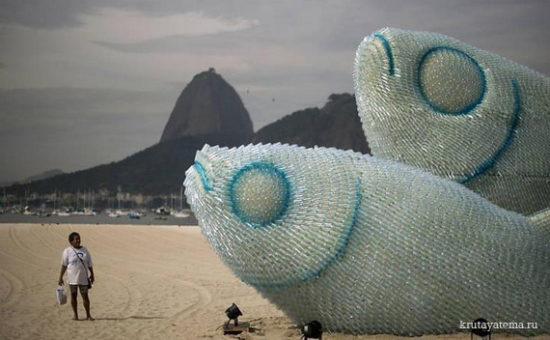 1340361070 550x340 Гигантские скульптуры рыб из пластиковых бутылок