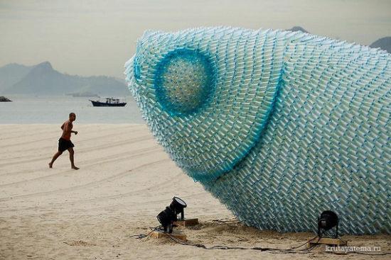 1340361071 550x367 Гигантские скульптуры рыб из пластиковых бутылок