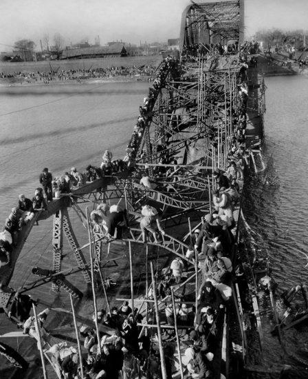 Korejskaya vojna. Bezhentsy perebirayutsya cherez razrushennyj most 448x550 Фотофакты