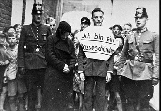 Nemetskij muzhchina obvinennyj v svyazi s evrejskoj zhenshhinoj. YA oskvernitel rasy 550x382 Фотофакты