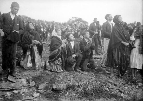 Oktyabr 1917 goda. Fatima. Lyudi zhdut yavleniya Devy Marii. 550x389 Фотофакты