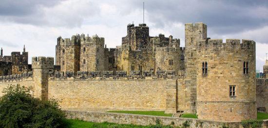 alnwick castle northumberland england 46171767 550x264 Настоящие замки Британии (2)