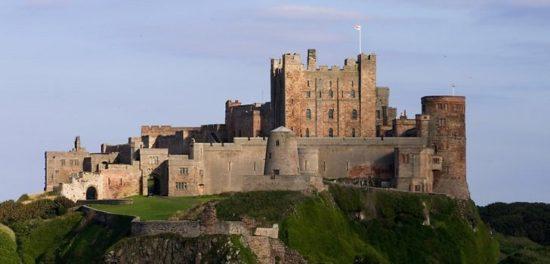 bamburgh castle northumberland england 46171703 550x264 Настоящие замки Британии (2)
