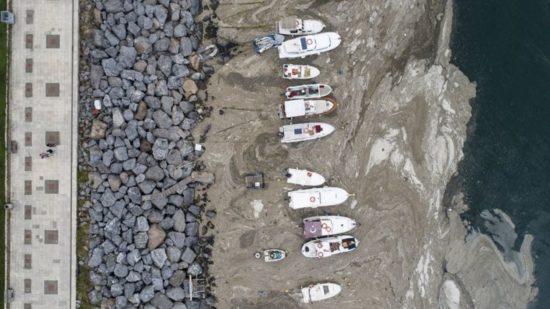 118818070 snot 05 epa 550x309 В Мраморном море обнаружено угрожающее экосистеме пятно опасной морской слизи (фото)