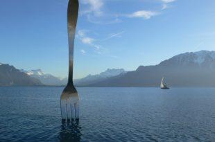 Огромная вилка у берега Женевского озера – это памятник еде. Установлен он был по заказу компании Nestle. Памятник служит указателем на главный офис компании и музей еды, расположенный поблизости.
